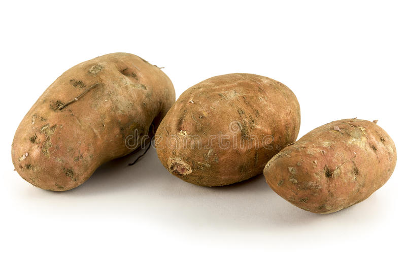 Patates douces organiques sur le fond blanc images libres de droits