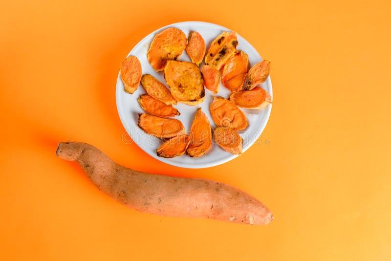 Patates douces rôties sur la casserole de gril sur le plan rapproché de plat Tir? d'en haut images stock