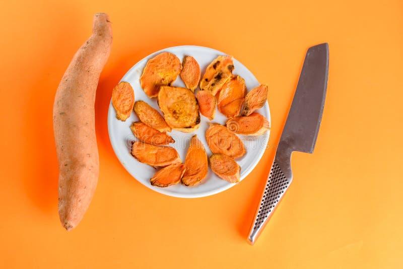 Patates douces rôties sur la casserole de gril sur le plan rapproché de plat Tir? d'en haut images libres de droits