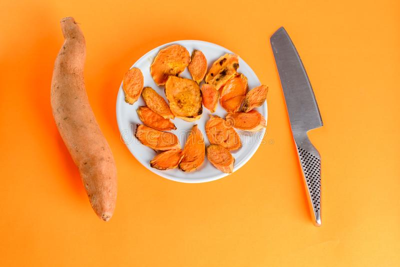 Patates douces rôties sur la casserole de gril sur le plan rapproché de plat Tir? d'en haut photographie stock libre de droits