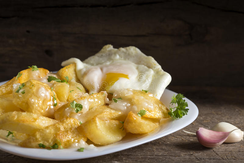 Patatine fritte casalinghe con la salsa e l'uovo di aglio immagine stock