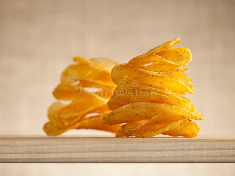 Patatine fritte due pile, fuoco su quello primo fotografie stock libere da diritti