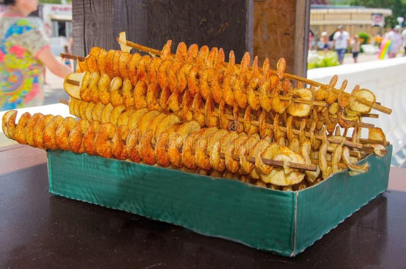 Patatine fritte fritte su uno spiedo fotografie stock