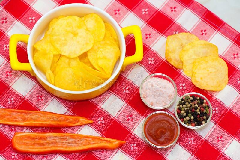 Patatine fritte, peperoni e ketchup