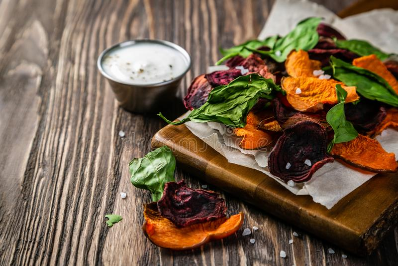 Patatine fritte sane alternative - chip di verdure fotografia stock