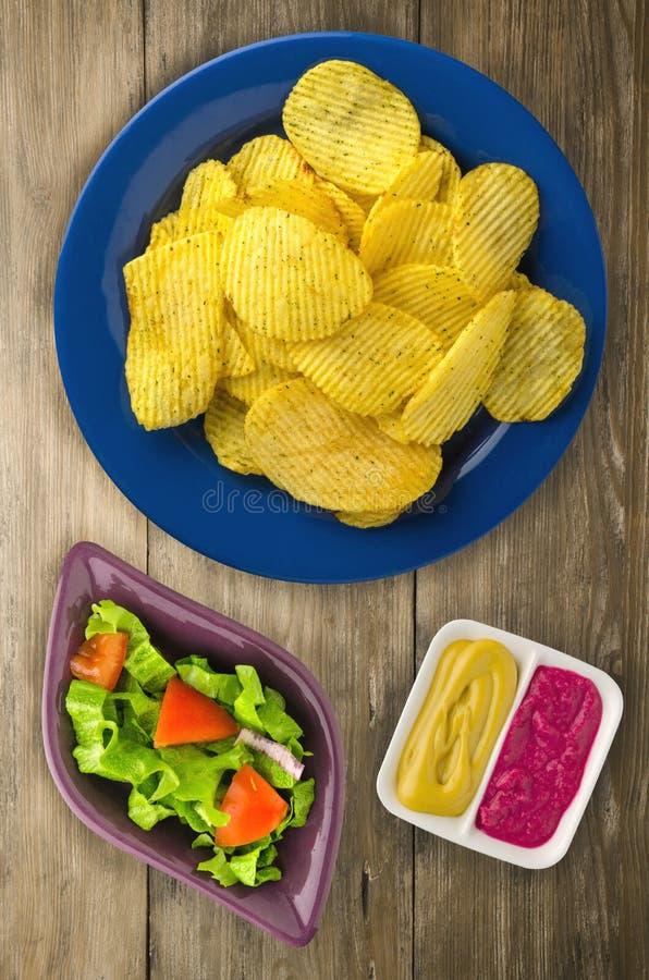 Download Patatine Fritte Su Una Zolla Chip Su Un Di Legno Fotografia Stock - Immagine di dorato, rustic: 117982128
