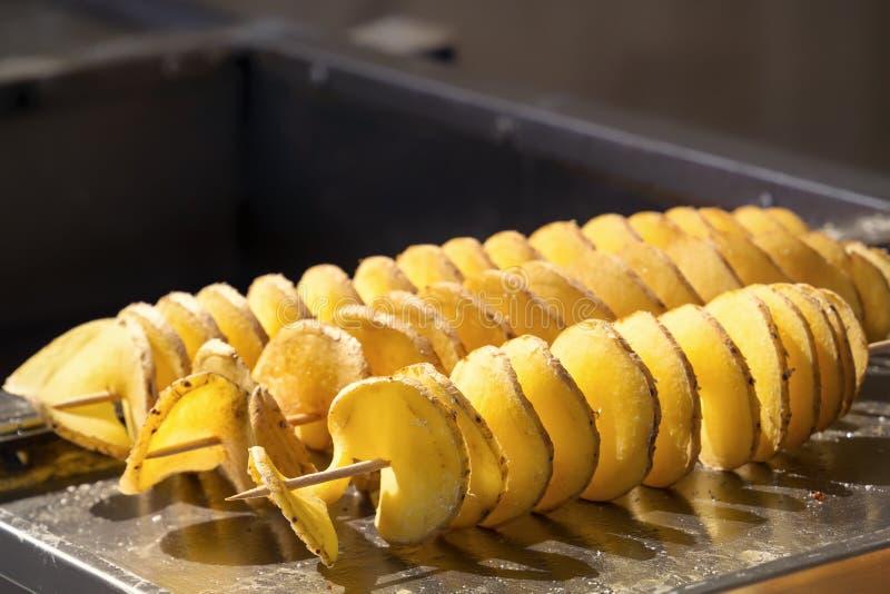 Patatine fritte fritte sugli spiedi Primo piano Copi lo spazio immagine stock