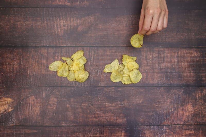 Patatine fritte sulla tavola di legno fotografia stock libera da diritti