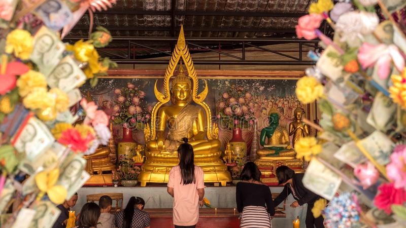 PATAYA THAILAND - Januari 14 - 2018: [Buddha Chinnarat] guld- Buddha som placeras på den Wat Phra Yai templet i pataya På Januari royaltyfri foto