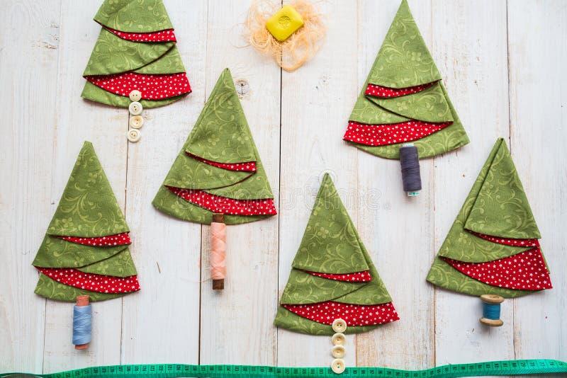 Patchwork et concept de couture - collage de bande de mesure, de savon et de serviettes vert rouge décoratives sur en bois blanc image stock