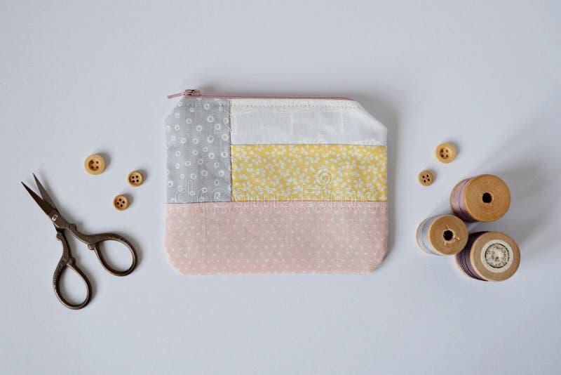 Patchwork mini kieszonka, drewniani guziki, rocznik nici cewy i retro nożyce, fotografia stock