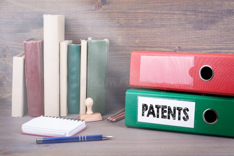 patenty Segregator na biurku w biurze Biznesowy backgroundr obraz royalty free