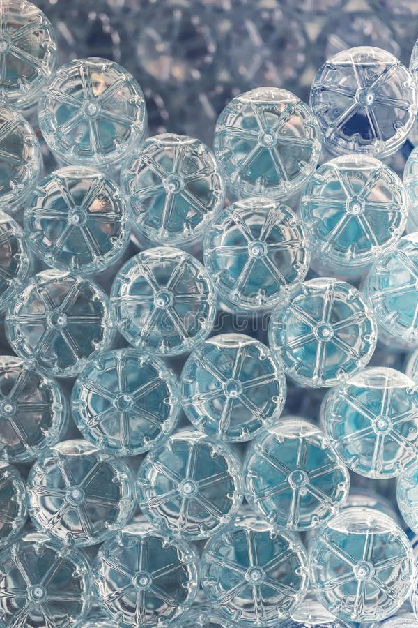 Patern von Staplungshaustierwasserflaschen lizenzfreie stockbilder