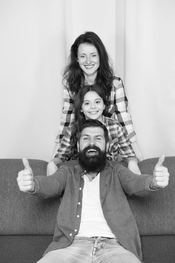 Paternidad feliz Relaciones cercanas y emprendedoras Concepto de los valores familiares Enlaces de familia La familia pasa fin de fotos de archivo