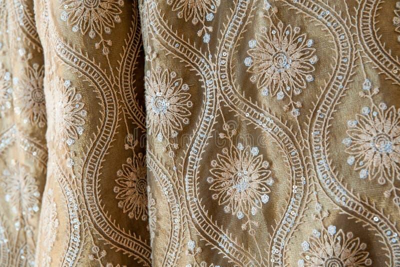 Paterns indiani tradizionali dei sari dell'abbigliamento di nozze immagini stock