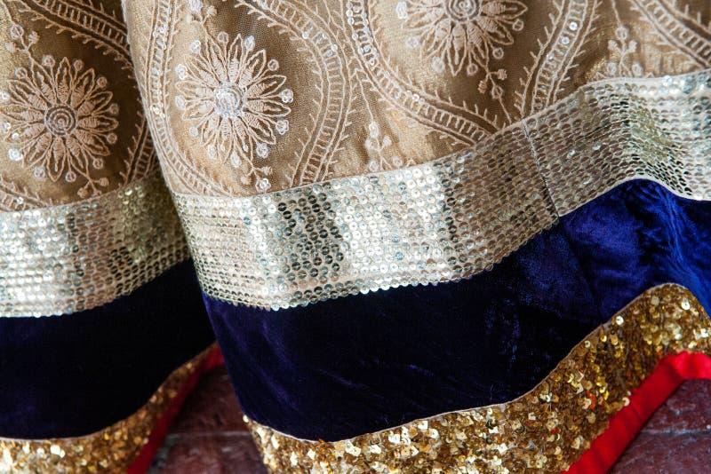 Paterns indiani tradizionali dei sari dell'abbigliamento di nozze fotografia stock libera da diritti