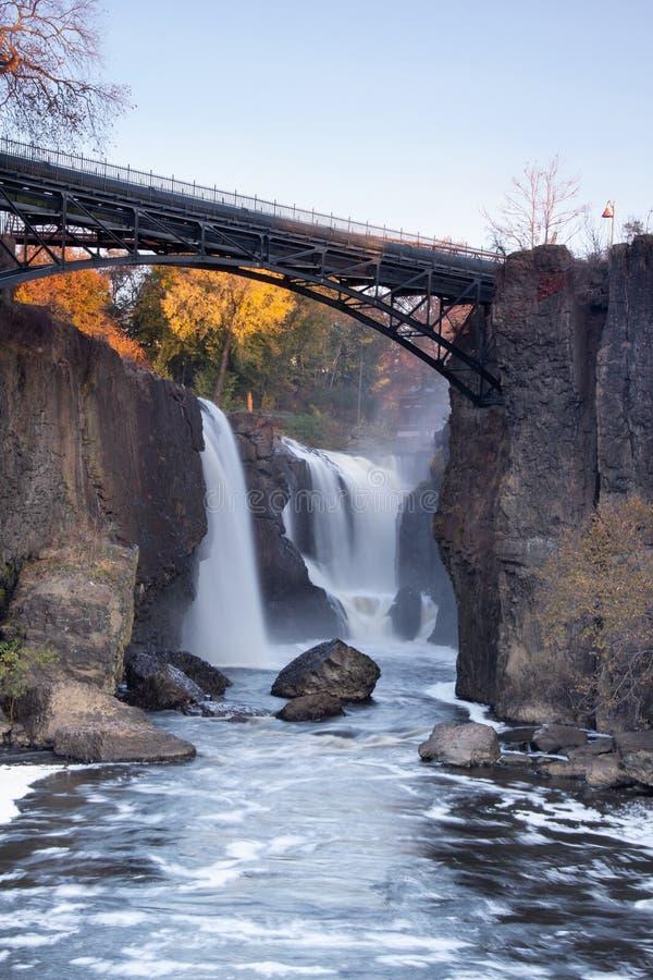 Paterson, NJ/USA - Nov 9, 2019: Vertikal bild av Passaic-flodens stora dalgångar royaltyfria foton