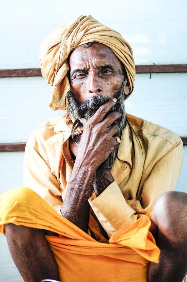 Pathankot, Indien, am 9. September 2010: Indisches altes Sitzen des heiligen Mannes lizenzfreie stockfotografie