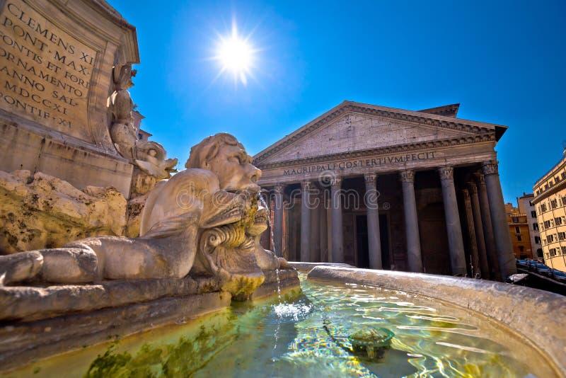 Patheon fyrkant och forntida gränsmärke för springbrunn i evig stad av Rome royaltyfri foto