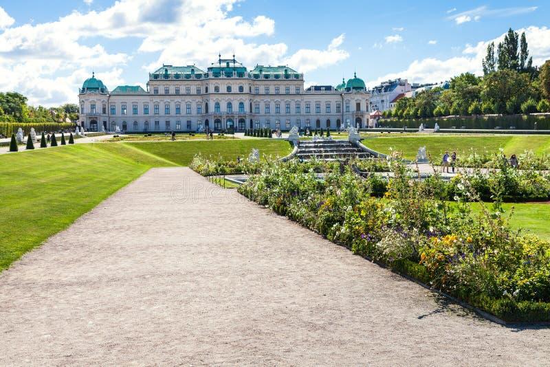 Pathes au palais supérieur dans le jardin de belvédère, Vienne photos stock