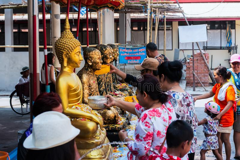 Pathum Thani, makham van WẠ¡ D/Thailand 15 April 2018: De mensen zijn nemen een standbeeld van badboedha Één van de tradities v royalty-vrije stock fotografie