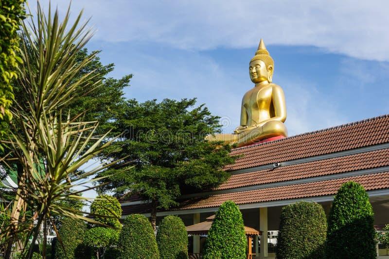 Pathum Thani, Tajlandia STYCZEŃ 2 2019: Wielka złota Buddha statua w Wat larwy świątyni, Pathum Thani, Tajlandia zdjęcie stock