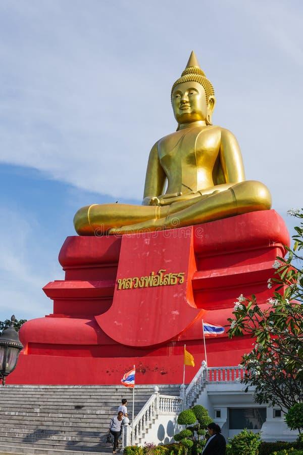 Pathum Thani, Tajlandia STYCZEŃ 2 2019: Wielka złota Buddha statua w Wat larwy świątyni, Pathum Thani, Tajlandia fotografia stock