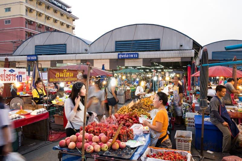 PATHUM THANI/Thailand - breng 22, 2018 in de war: Vele mensen zijn het winkelen F stock foto