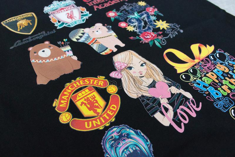 Pathumthani, Таиланд - 16-ое июня 2017: Логотип или эмблема на черной рубашке для вашего дизайна в концепции стикера в магазине п стоковая фотография rf