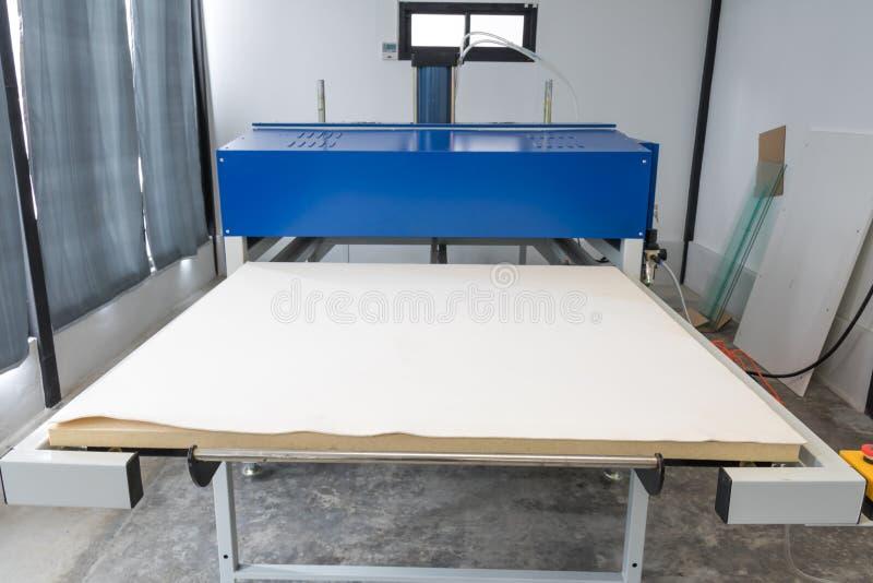 Pathumthani, Tailandia - 27 de febrero de 2017: Máquina grande de la prensa del calor para el negocio de la tela en la impresión  fotos de archivo libres de regalías