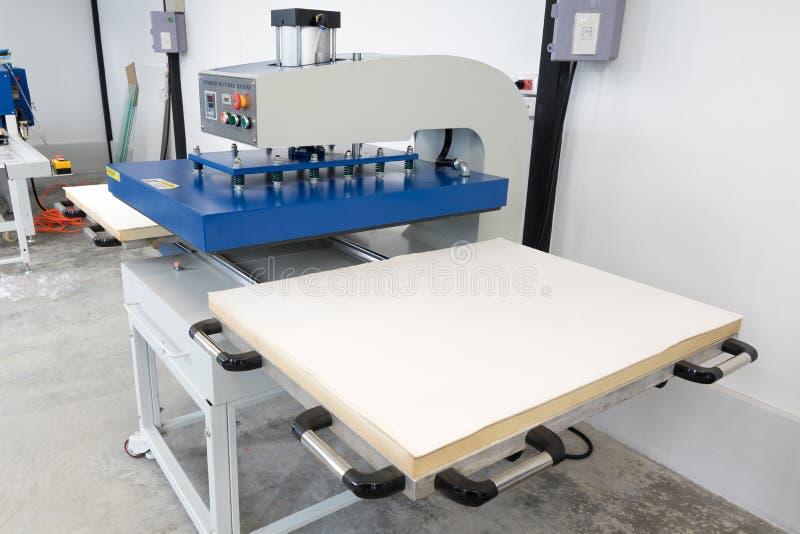 Pathumthani, Tailandia - 27 febbraio 2017: Grande macchina della stampa di calore per l'affare del tessuto nella stampa della fab fotografia stock
