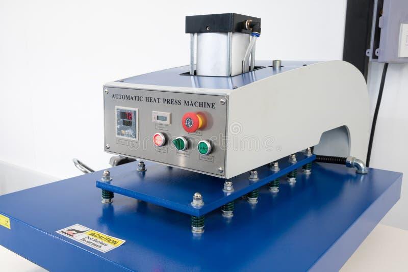 Pathumthani, Tha?lande - 27 f?vrier 2017 : Grande machine de presse de la chaleur pour des affaires de tissu en imprimant l'usine photo stock