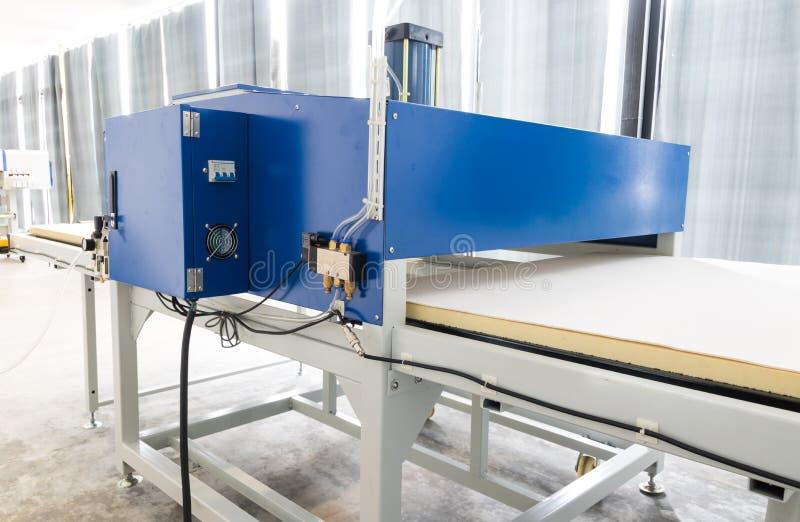 Pathumthani, Tha?lande - 27 f?vrier 2017 : Grande machine de presse de la chaleur pour des affaires de tissu en imprimant l'usine images stock