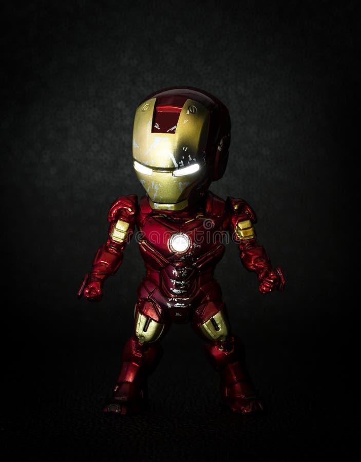 Pathumthani Thailand - Maj 6, 2017: Tecken av den Iron Man eller Tony Stark modellen i hämnarefilm på skärm på bakgrunder, royaltyfria foton