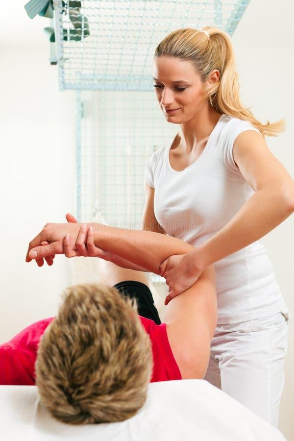 Patiënt bij de fysiotherapie royalty-vrije stock afbeelding