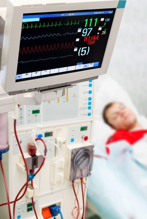 Patiënt bij dialyseprocedure met ECG-monitor stock afbeelding