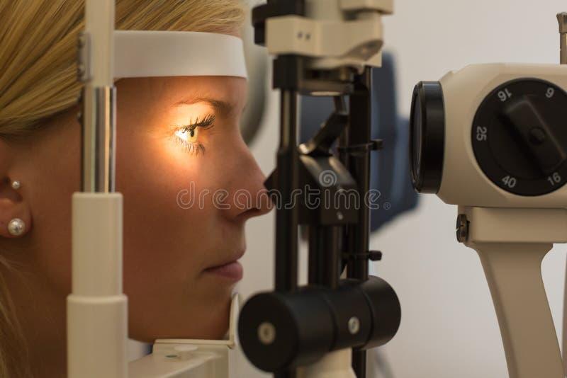 Patiënt bij spleetlamp van opticien of optometrist royalty-vrije stock foto's