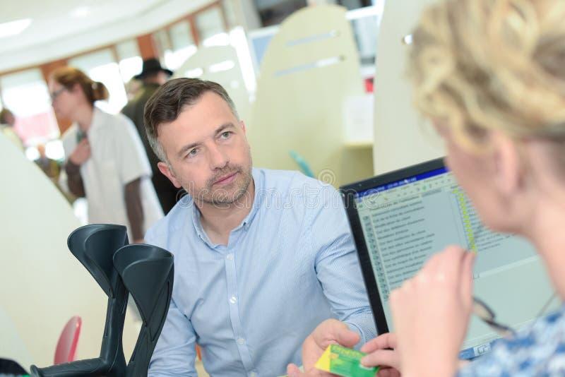 Patiënt die aan verzekeringsarbeider spreken royalty-vrije stock afbeelding