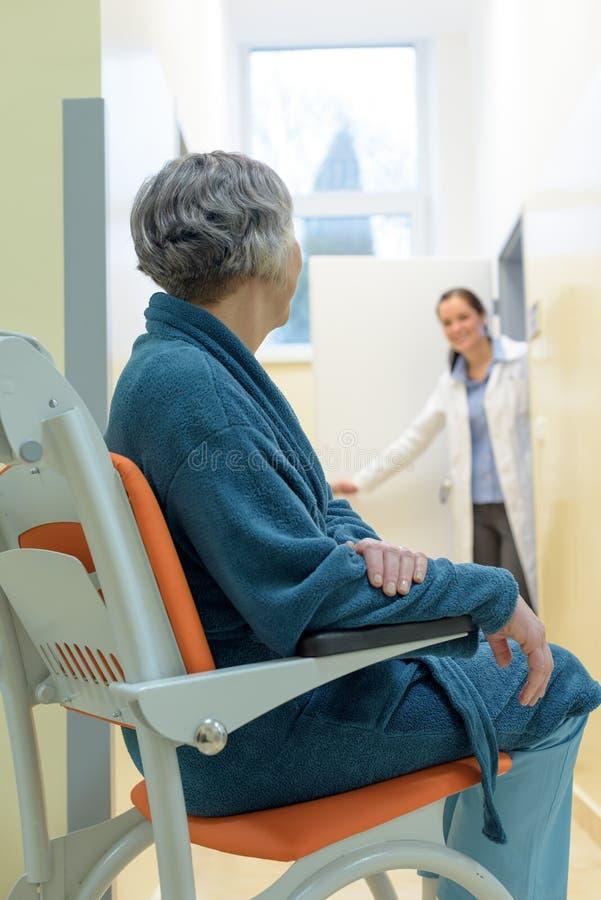 Patiënt die in hospitial wachten stock foto's