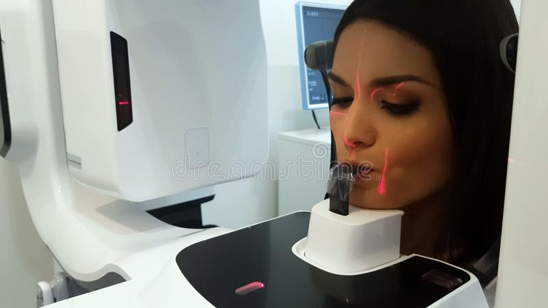 Patiënt die röntgenstraal in professionele machine, high-end medische radiografie maken stock afbeeldingen