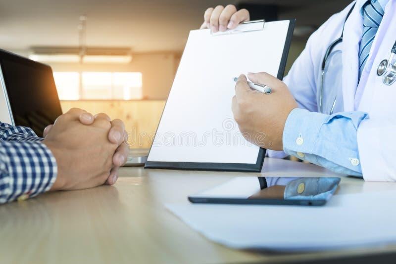 patiënt die vastbesloten aan een mannelijke arts luisteren die geduldig s verklaren royalty-vrije stock fotografie