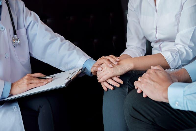 patiënt die vastbesloten aan een mannelijke arts luisteren die geduldig s verklaren royalty-vrije stock afbeeldingen