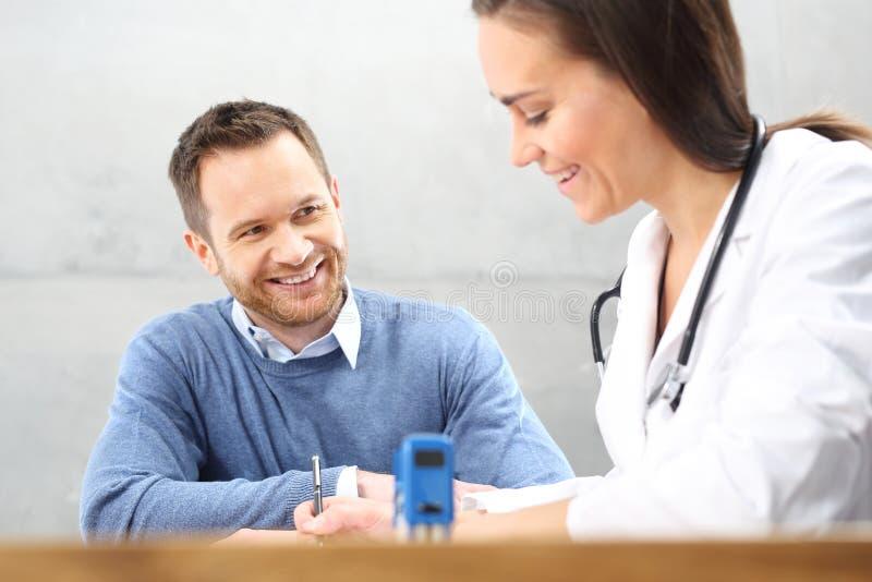 Patiënt in een artsen` s bureau royalty-vrije stock afbeeldingen