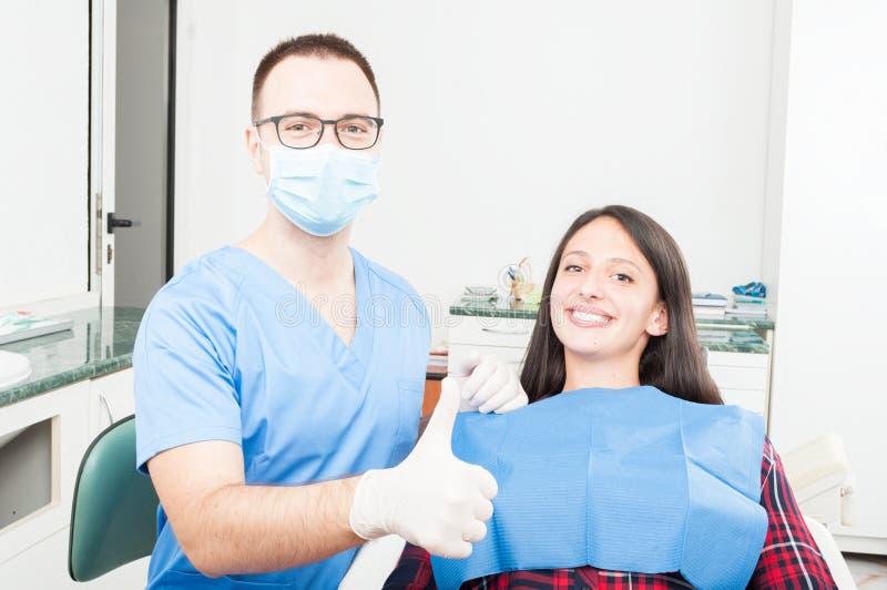 Patiënt en orthodontist die duim op gebaar tonen royalty-vrije stock foto