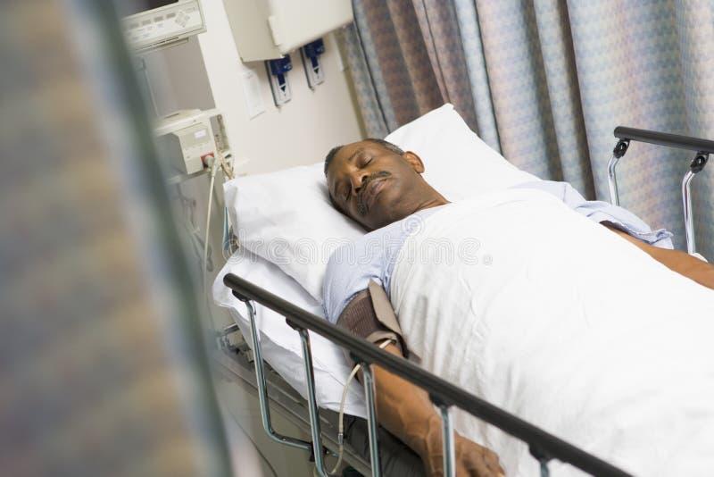 Patiënt in het Bed van het Ziekenhuis stock afbeeldingen
