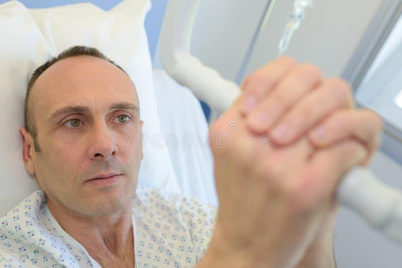 Patiënt in het grijpende hijstoestel van het het ziekenhuisbed stock afbeeldingen