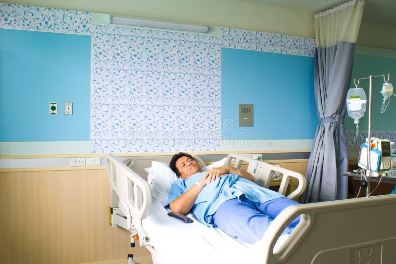 Patiënt in het ziekenhuisbed royalty-vrije stock afbeeldingen