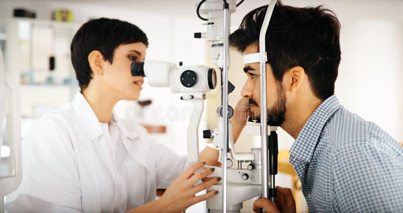 Patiënt of klant bij spleetlamp bij optometrist of opticien royalty-vrije stock afbeelding