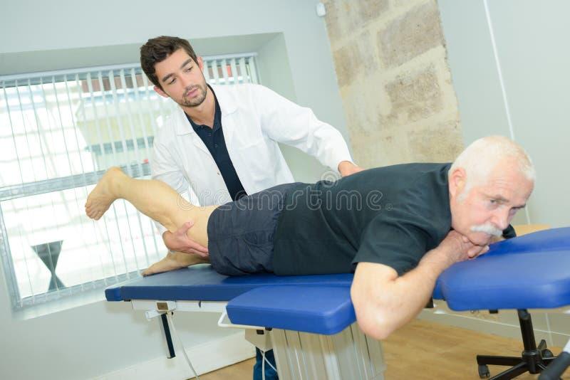 Patiënt met beenpijn royalty-vrije stock afbeelding
