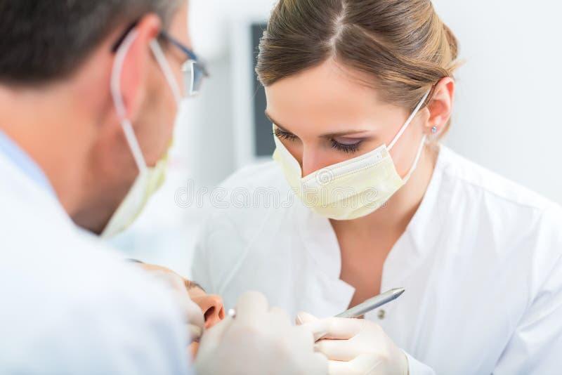 Patiënt met Tandarts - tandbehandeling stock afbeelding